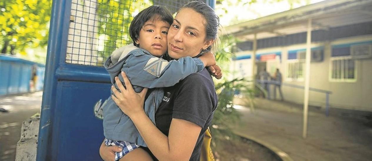 Lucas chegou à UPA no colo da mãe, Isabela: com febre, ele precisou buscar atendimento em outra unidade Foto: Márcia Foletto / O Globo