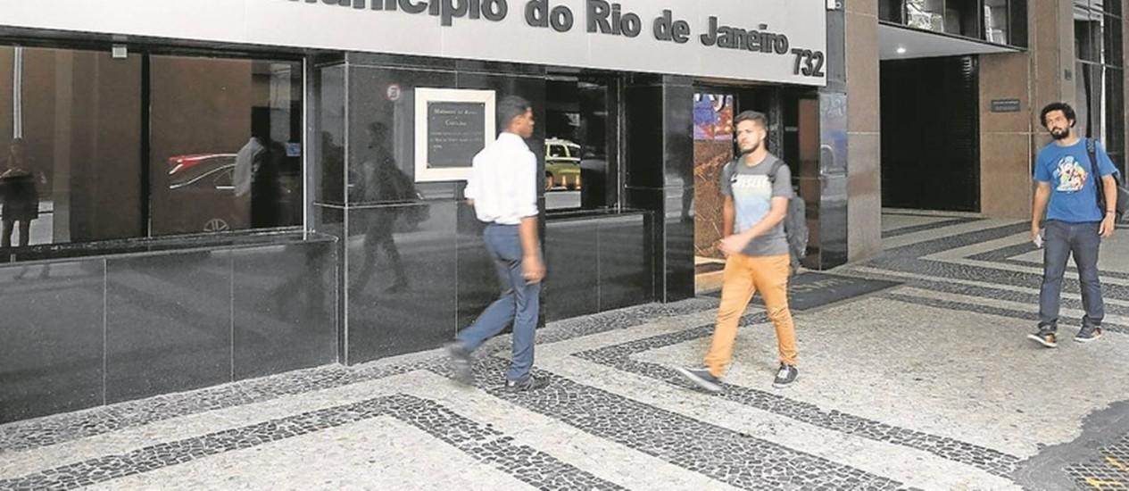 Polêmica. A sede do Tribunal de Contas do Município, no Centro do Rio: órgão estuda conceder mais benefícios a 11 servidores Foto: Domingos Peixoto / O Globo