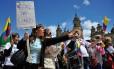 Impedimentos à paz. Manifestantes criticam novo acordo de paz diante do Congresso: com críticas da oposição, negociadores também divergem Foto: GUILLERMO LEGARIA / AFP/30-11-2016
