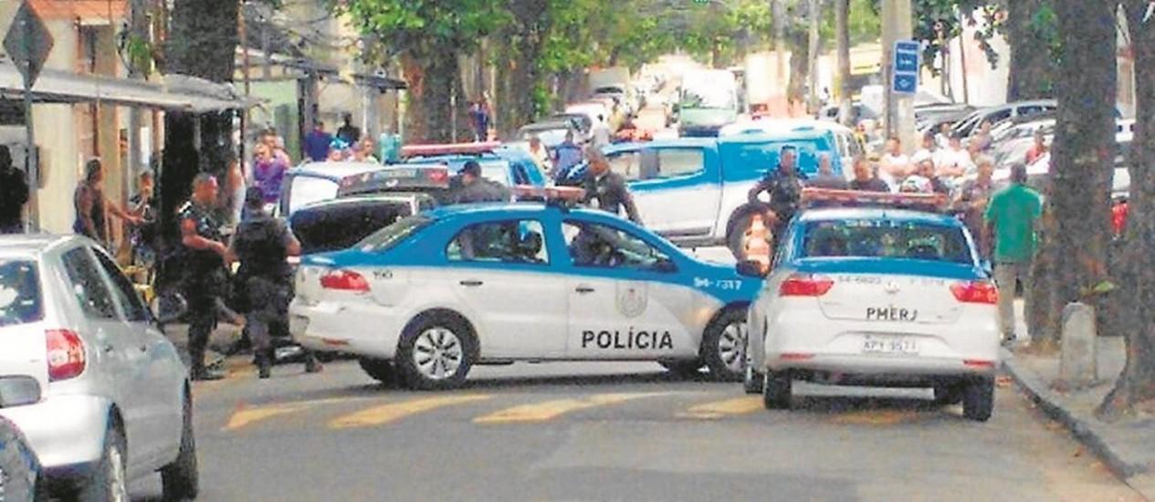 Crime. Carros da Polícia Militar bloqueiam rua de Del Castilho: perseguição terminou com bandido morto e dois presos Foto: Wagner Loeser