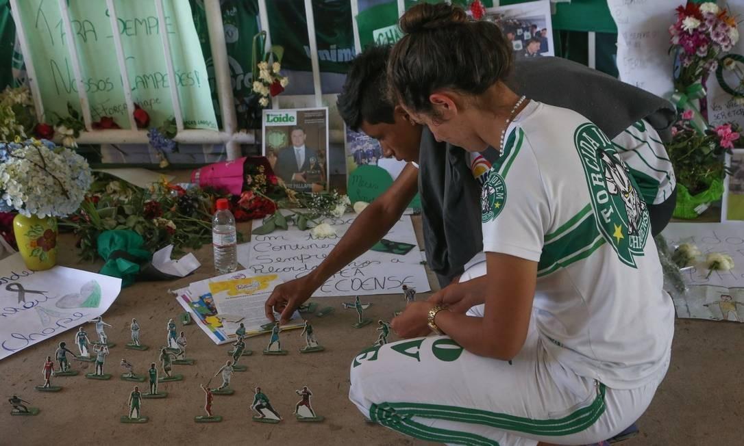 Emoção. Torcedores prestam homenagem às vítimas do voo que caiu na Colômbia durante vigília realizada na Arena Condá, o estádio da Chapecoense Foto: Marcos Alves