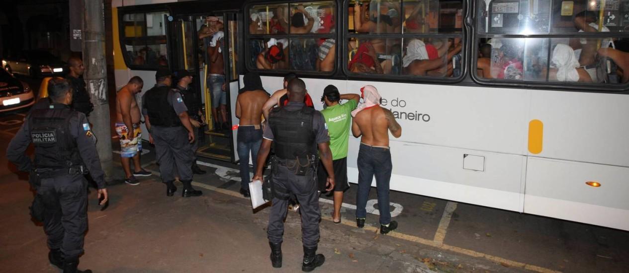 Torcedores em ônibus na porta da delegacia Foto: Pedro Teixeira / Agência O Globo