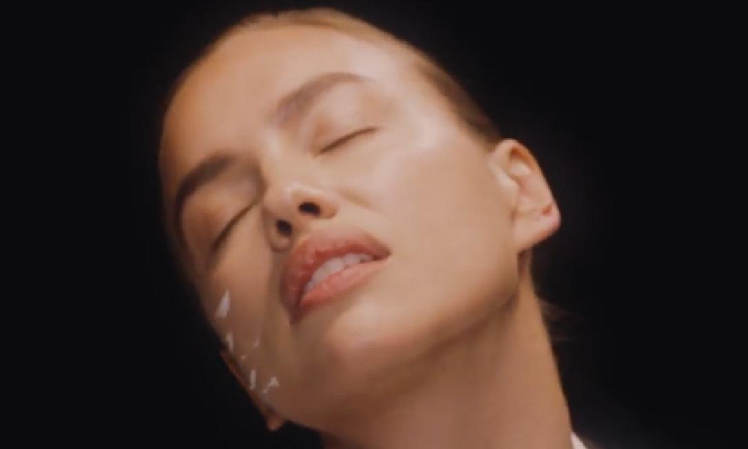 Ela não economizou nas caras e bocas no vídeo dirigido por Phil Poynter Divulgação / Love