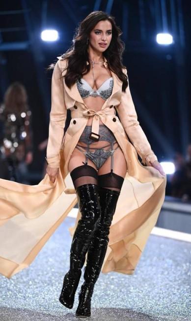 Aqui, a modelo aparece na passarela da Victoria´s Secret em Paris. Os looks e as curvas de Irina serviram de combustível para boatos de que ela estaria grávida de Bradley MARTIN BUREAU / AFP