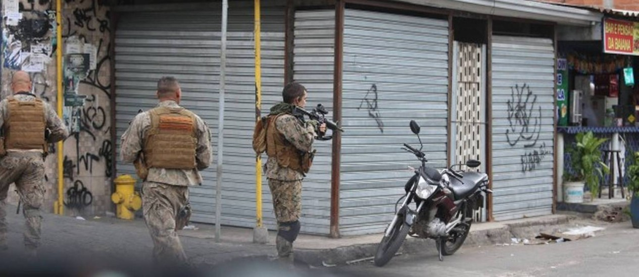 A operação policial no Complexo da Maré Foto: Fabiano Rocha / Extra / O Globo
