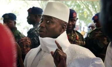 O presidente de Gâmbia mostra o dedo antes de votar em Banjul Foto: Jerome Delay / AP
