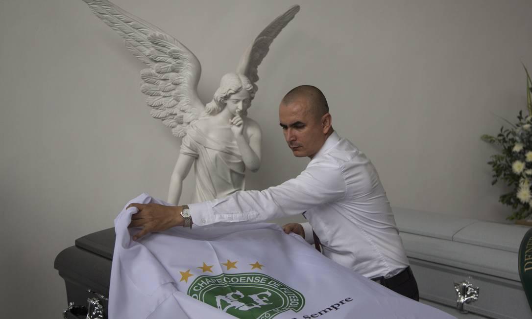 Bandeiras da Chepecoense foram colocadas em cima dos caixões Antonio Scorza / Agência O Globo