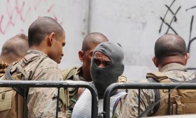 Deco é preso por policiais militares em operação na Maré Foto: Fabiano Rocha / Agência O Globo