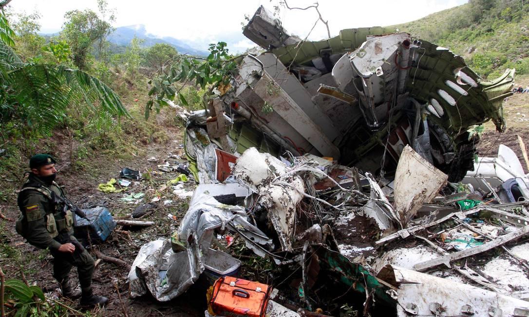 Militar colombiano observa destroços e um pedaço da cabine do avião da LaMia Javier Nieto Alvarez - El Tiempo/GDA / Agência O Globo