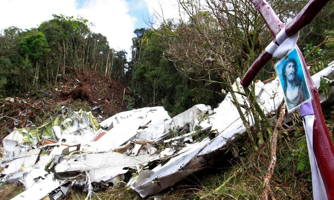 Junto à fuselagem retorcida do avião, uma imagem de Jesus e uma cruz Javier Nieto Alvarez - El Tiempo/GDA / Agência O Globo