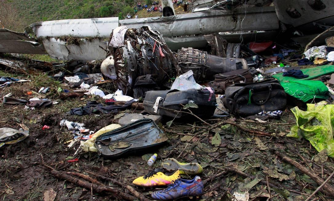 Malas destruídas, bolsas, roupas, chuteiras: os pertences das vítimas do desastre ocorrido em Cerro Gordo, próximo ao aeroporto de Medellín Javier Nieto Alvarez - El Tiempo/GDA / Agência O Globo
