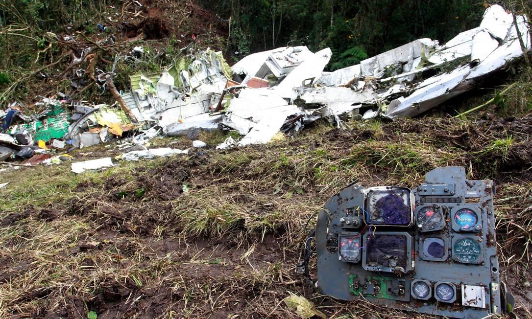 À direita, parte do painel do avião que caiu e matou 71 pessoas, entre dirigentes, jogadores, jornalistas e tripulação Javier Nieto Alvarez - El Tiempo/GDA / Agência O Globo