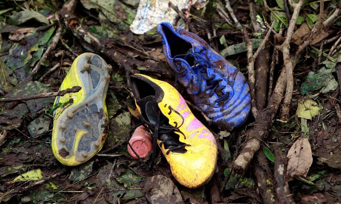 No Cerro El Gordo, chuteiras em meio à lama no local da queda do avião da Chapecoense Javier Nieto Alvarez - El Tiempo/GDA / Agência O Globo