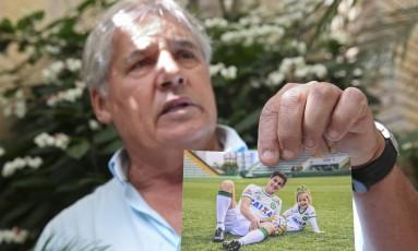 Osmar Machado, pai do jogador da Chapecoense Filipe Machado, morto no desastre de avião na Colômbia, mostra foto do filho e da neta Antonella no gramado da Arena Condá, estádio do clube Foto: Andre Penner / AP