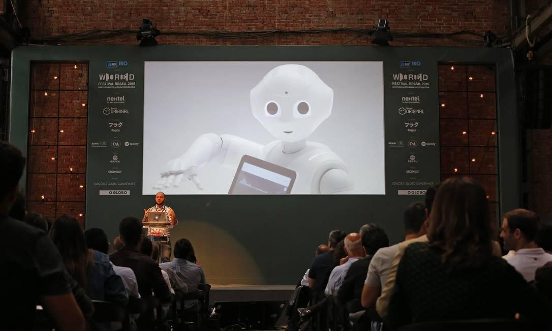 Pepper (no telão) e Sean McKelvey: um futuro suave para homens e robôs Foto: / Andre Mourão