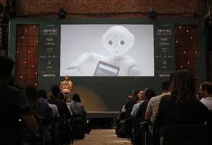 Pepper (no telão) e Sean McKelvey: um futuro suave para homens e robôs Foto: Andre Mourão
