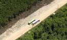 Desmatamento de manguezal em São Gonçalo para abertura de estrada: estado tem 13 cidades entre as 100 que mais devastaram floresta Foto: Custódio Coimbra