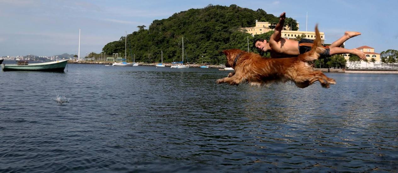 Voo duplo: o cão Bob Marley e seu amigo humano, Gabriel Wilcox Furley Foto: Custódio Coimbra / Agência O Globo