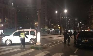 Polícia parisiense desvia carros em área onde acontece assalto com reféns Foto: Reprodução
