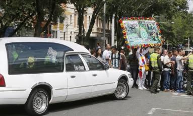 Carro fúnebre passa por uma das ruas de Medellín Foto: Antonio Scorza/Agência O Globo