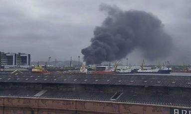 Incêndio em galpão na Avenida Brasil Foto: Centro de Operações Rio / Divulgação
