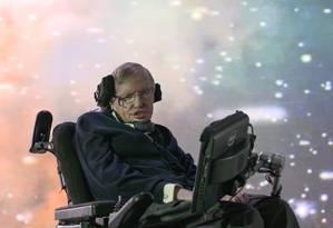 Stephen Hawking em frente à projeção de uma galáxia: condição do físico britãnico não seria preocupante Foto: National Geographic Channels / National Geographic Channels/Paul Jenkins
