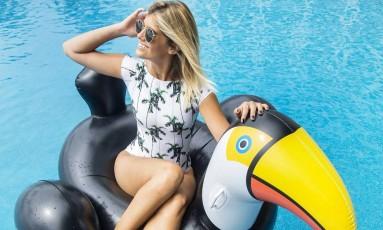 Marina Pumar na boia em forma de tucano Foto: Ana Branco / Agência O Globo
