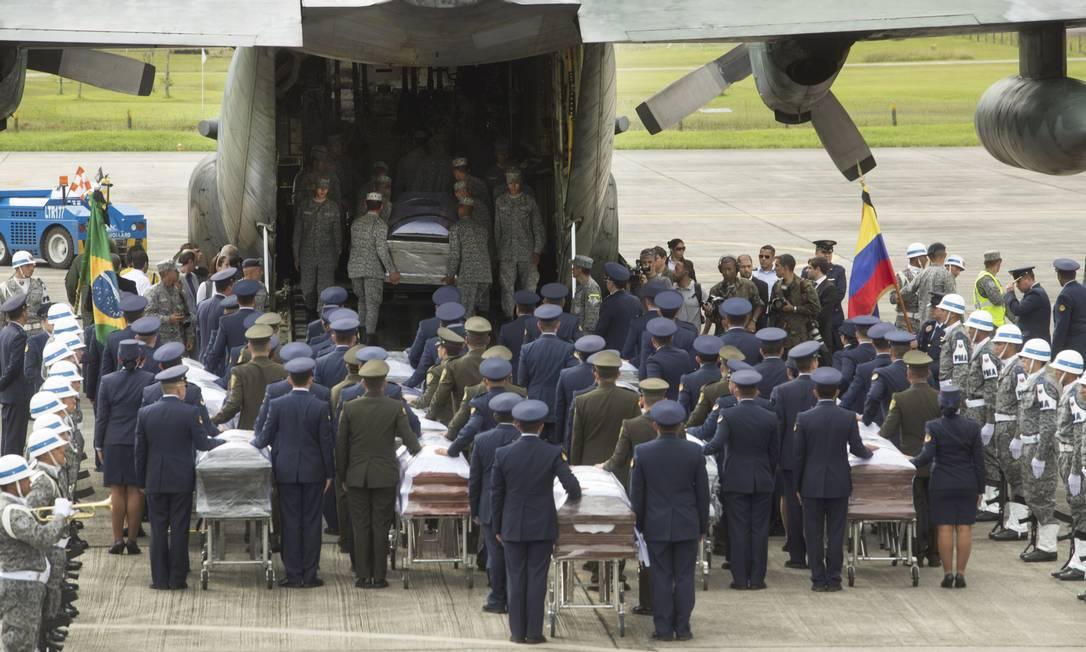 Corpos das vítimas são levados de volta para o Brasil Antonio Scorza / Agência O Globo