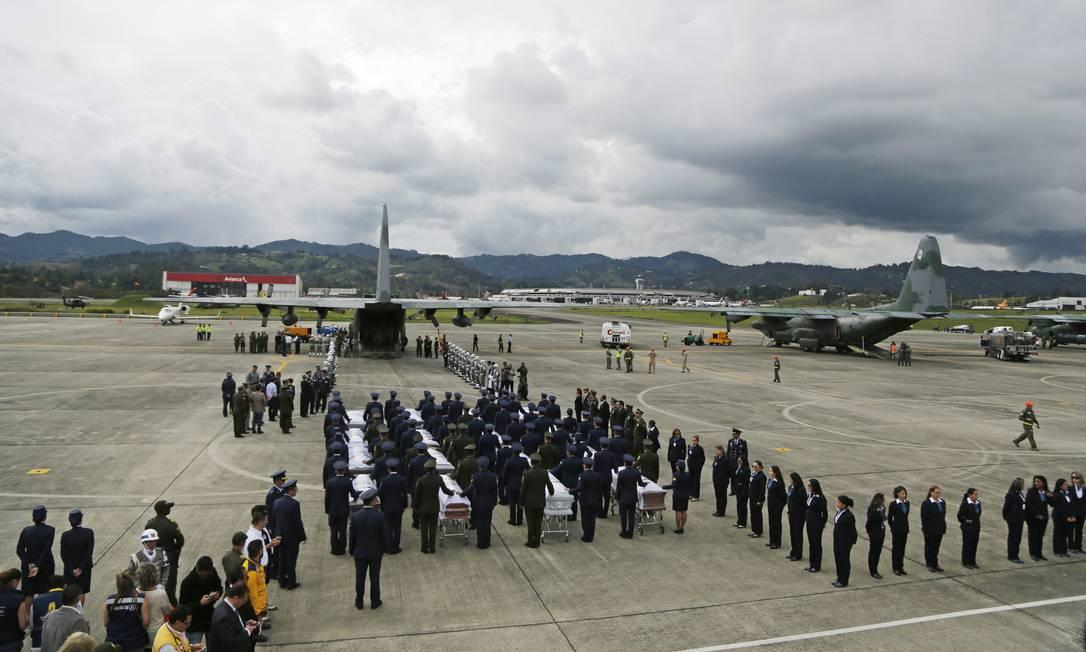 Embarque dos corpos na base aerea de Rio Negro Antonio Scorza / Agência O Globo