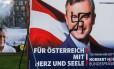 Medo. Um poster de Norbert Hofer é vandalizado com a suástica em Innsbruck, na Áustria: crescimento do populismo de direita assusta líderes na Europa Foto: DOMINIC EBENBICHLER / REUTERS/01-12-2016