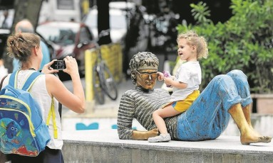 Pose. A menina Ana brinca com a estátua de Cazuza, no Leblon: para sua mãe, Sheina, o monumento serve para dar mais vida à praça Foto: Domingos Peixoto