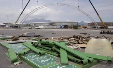 Abandono. Estruturas desmontadas permanecem no entorno do Parque Olímpico, na Barra Foto: Márcia Foletto/26-11-2016