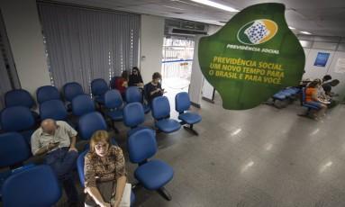 Mudanças. Agência do INSS em Copacabana: Planalto previu regras mais duras, para poder negociar no Congresso Foto: ANTONIO SCORZA / Agência O Globo/24-11-2016
