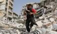 Um homem carrega um bebê após um ataque a um bairro no Leste de Aleppo, na Síria: civis vêm sendo mortos no conflito Foto: AMEER ALHALBI / AFP