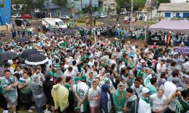 Torcedores fazem fila do lado de fora da Arena Condá para fazerem a última homenagem aos jogadores da Chapecoense mortos na queda do avião em Medellín Foto: Luiz Barp
