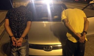 Homens foram presos transportando drogas e com carro roubado na BR-101 Foto: Divulgação / PRF