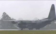 O primeiro avião com os corpos das vítimas da queda do voo da Chapecoense chega a Chapecó Foto: Reprodução