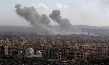 Fumaça se espalha após ataques em Aleppo, na Síria Foto: OMAR SANADIKI / REUTERS