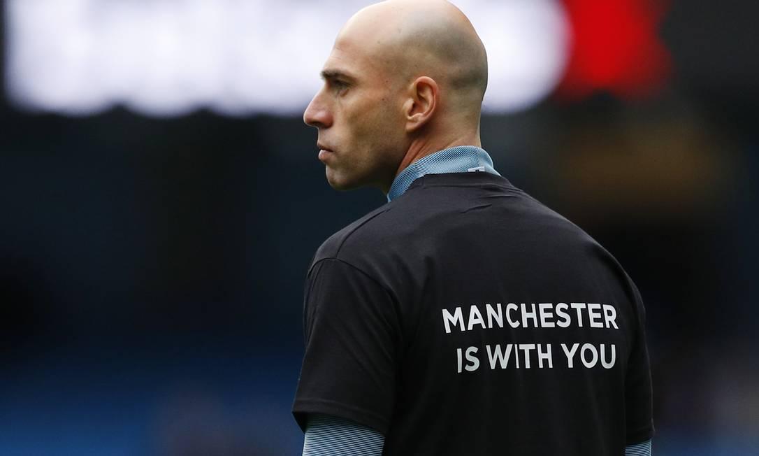 """Nas costas da camisa, como a do goleiro Willy Caballero, a frase """"Manchester está com vocês"""" Phil Noble / REUTERS"""