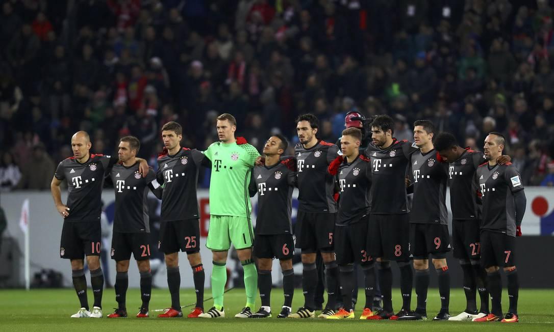 Na Alemanha, os jogadores do Bayern de Munique fizeram um minuto de silêncio antes do jogo contra o Mainz 05, pela Bundesliga KAI PFAFFENBACH / REUTERS