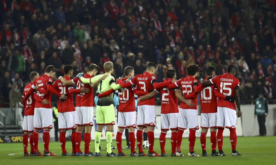 O time do Mainz 05 faz um minuto de silêncio em homenagem aos mortos na queda do voo da Chapecoense KAI PFAFFENBACH / REUTERS