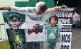 O torcedor na frente da Arena Condá amarrado em uma cruz Foto: Luiz Barp