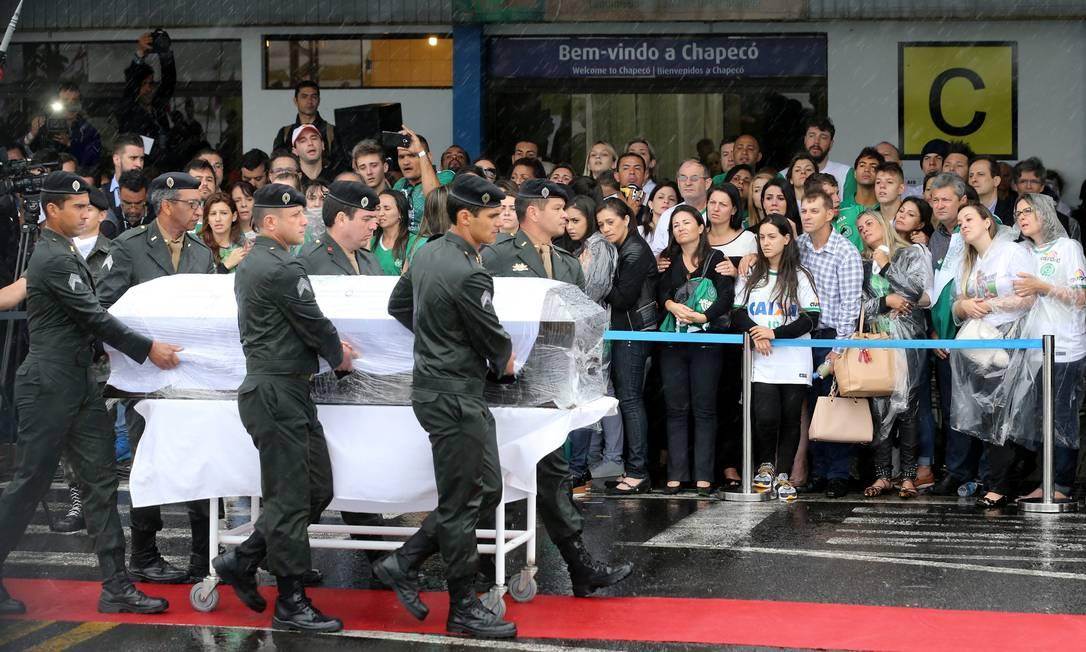 Familiares acompanham homenagens as vítimas da tragédia aérea PAULO WHITAKER / REUTERS