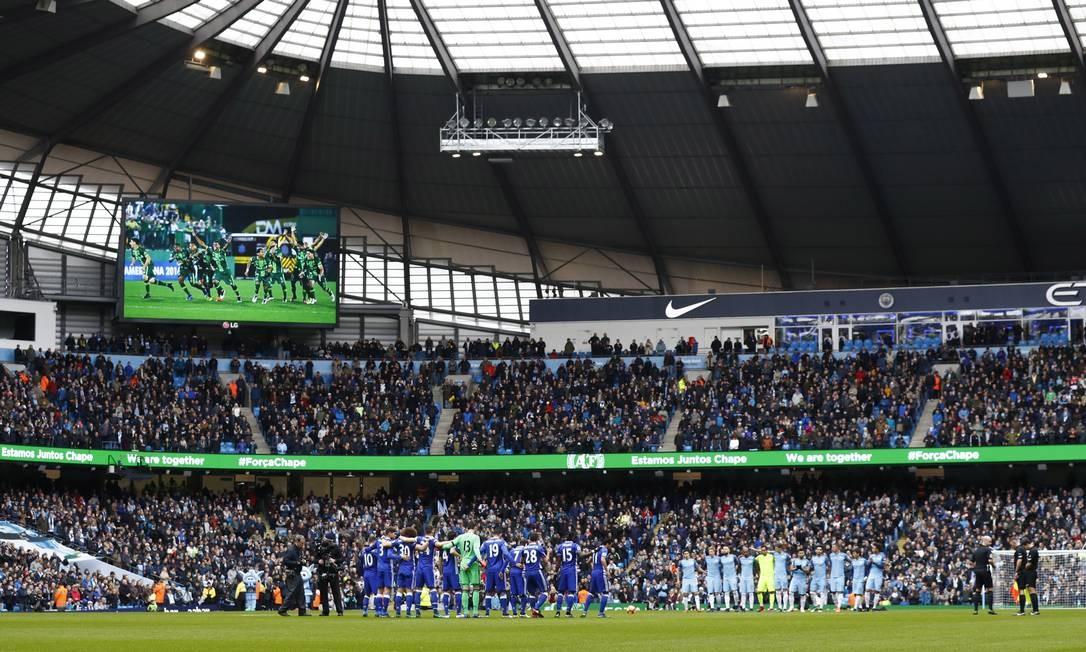O minuto de silêncio antes do clássico entre Chelsea e Manchester City no Etihad Stadium Foto: Jason Cairnduff / REUTERS