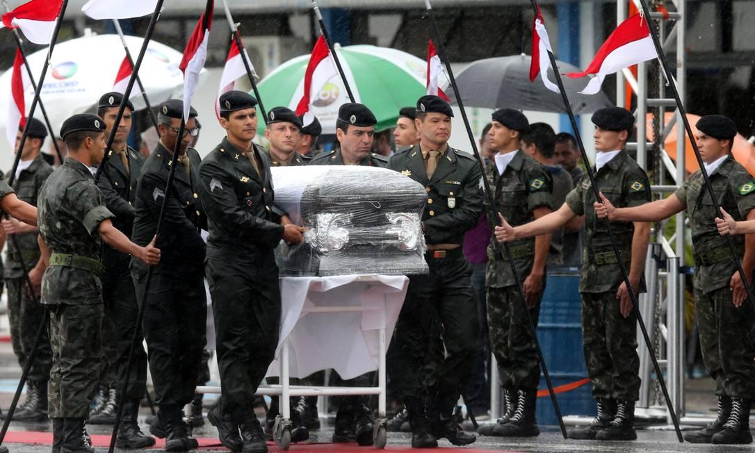 Caixões são recebidos com honras militares em Chapecó PAULO WHITAKER / REUTERS