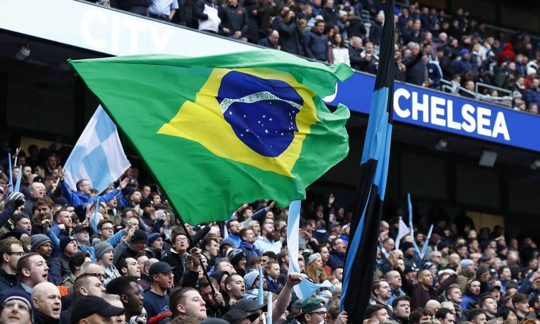 Uma bandeira do Brasil na arquibancada do Etihad Stadium, em Manchester, durante o clássico entre Manchester City e Chelsea Foto: Jason Cairnduff / REUTERS