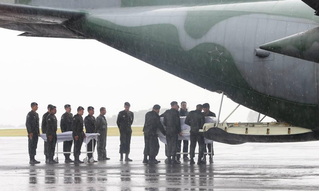 Chegada dos corpos ao Aeroporto Municipal de Chapecó Marcos Alves / Agência O Globo