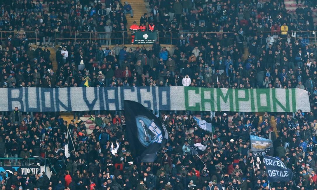 """Torcedores do Napoli fazem homenagem ao time da Chapecoense: """"Boa viagem, campeões"""" Foto: CARLO HERMANN / AFP"""