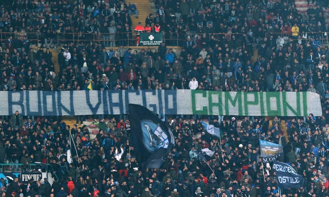 """Torcedores do Napoli fazem homenagem ao time da Chapecoense: """"Boa viagem, campeões"""" CARLO HERMANN / AFP"""