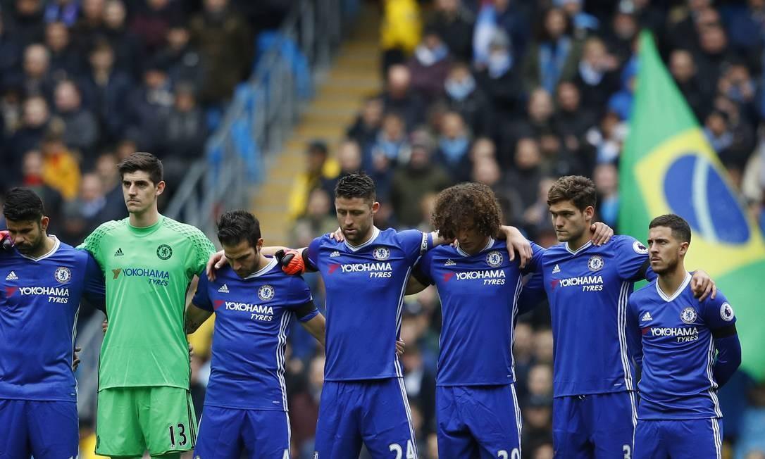 Jogadores do Chelsea respeitando um minuto de silêncio em homenagem aos mortos na queda do avião da Chapecoense Foto: Phil Noble / REUTERS